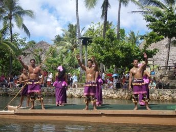 The amazing cultural performances on the floating rafts